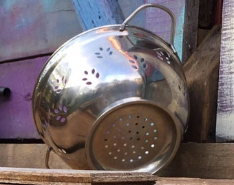 Chefmate Footed Stainless Steel Colander   Pedistal Strainer   Round with Handles   Leaf Cutouts