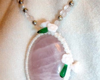 Pink quartz flower embellished beaded necklace