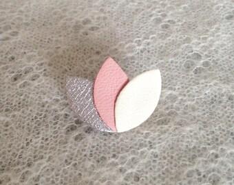 """Petite broche """"3 pétales"""" en cuir argent/rose/crème"""
