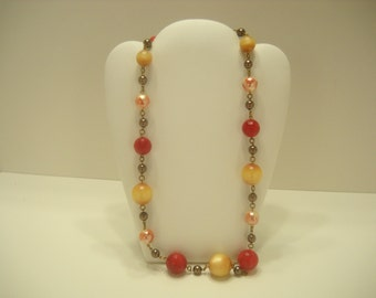 Vintage 1960s PLASTIC BEADED NECKLACE (974)