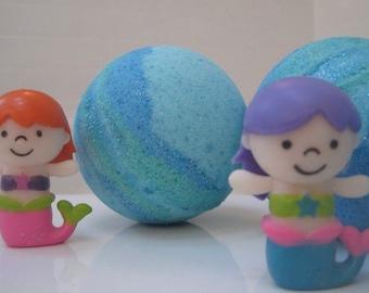 NEW - FREE SHIPPING - Mermaid Bath Bomb - Glittering Bath Bomb with Mermaid Toy Inside