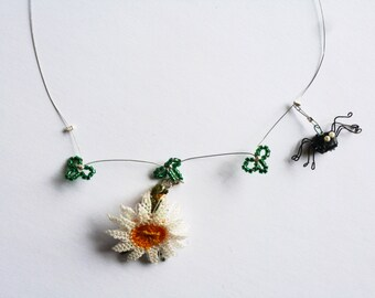 Necklace with black spider in origami and daisy
