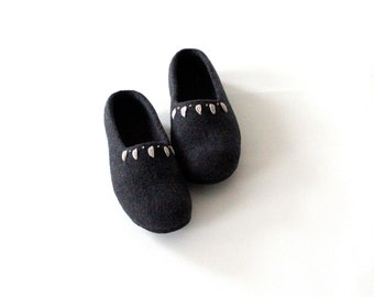 Wool slippers, felt houseshoes, gift for Mom, handmade slippers, women felted wool slippers, charcoal grey slippers, valenki wool clogs