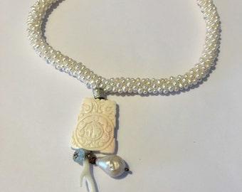 Shelly - collana di perle naturali con ciondolo in conchiglia leggermente rosato.
