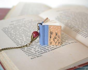 Collana con libro celeste e seppia con fiori disegnati e pendente con perla rosso bordeaux. Regalo per scrittori, lettori e librai
