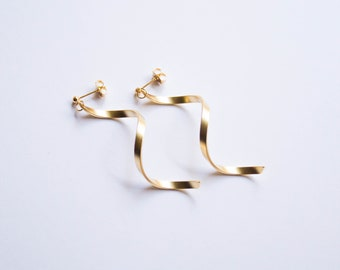 Squiggle -earrings (16K gold plated or rhodium plated matt 80s memphis)