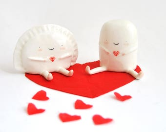 Satz von zwei Figuren von Kroketten und Knödel mit Herz von Ana Oncina. Tortenaufsätze. Kuchen-Figuren. Massanfertigung