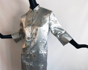 Gorgeous Vintage 50s 60s Asian Robe Highly Detailed 1950s 1960s Rockabilly Bombshell Pin Up Chinese Cheongsam Bathrobe Silver Satin Brocade