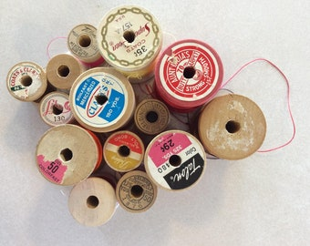 Assorted batch of vintage wooden thread spools (with thread)