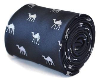 Corbata azul marino con camello diseño con diseño floral de la firma en la parte trasera de Frederick Thomas FT2106