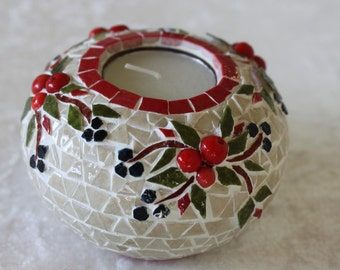 Candle holder mosaic ball: red berries in foliage.