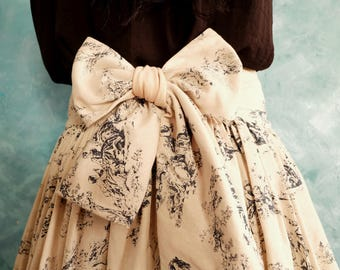 Rimpled skirt with bow in the back, made out of linen fabric with a blue Victorian print.