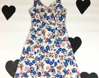 1940's floral cotton printed summer day dress 40's piqued gauzy ruffled pocket sun dress / side button / sleeveless / country / size L XL