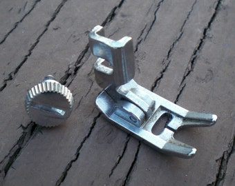 Vintage Singer 328 ZIG ZAG Foot & Screw Sewing Machine Attachment Accessory Low Shank 328k 237 254 413  457 240 347 413 478 9000 9500