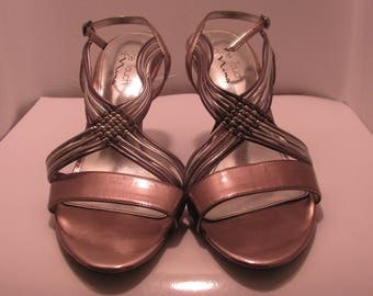 Women's silver gray heel. size 10M. Pre-owned.