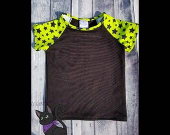T-Shirt Black stars on green