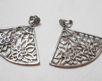 Vintage Silver Tone Fan-Shaped Clip On Dangle Earrings (5870)