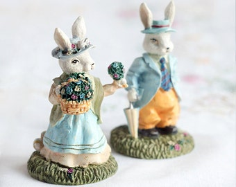 Herr Frau Ostern Bunnies_Easter Hase Figurines_set two_1970s_Easter Hasen Statuettes_fine Kunst Ceramics_white Elfenbein grün Blue_yellow rot