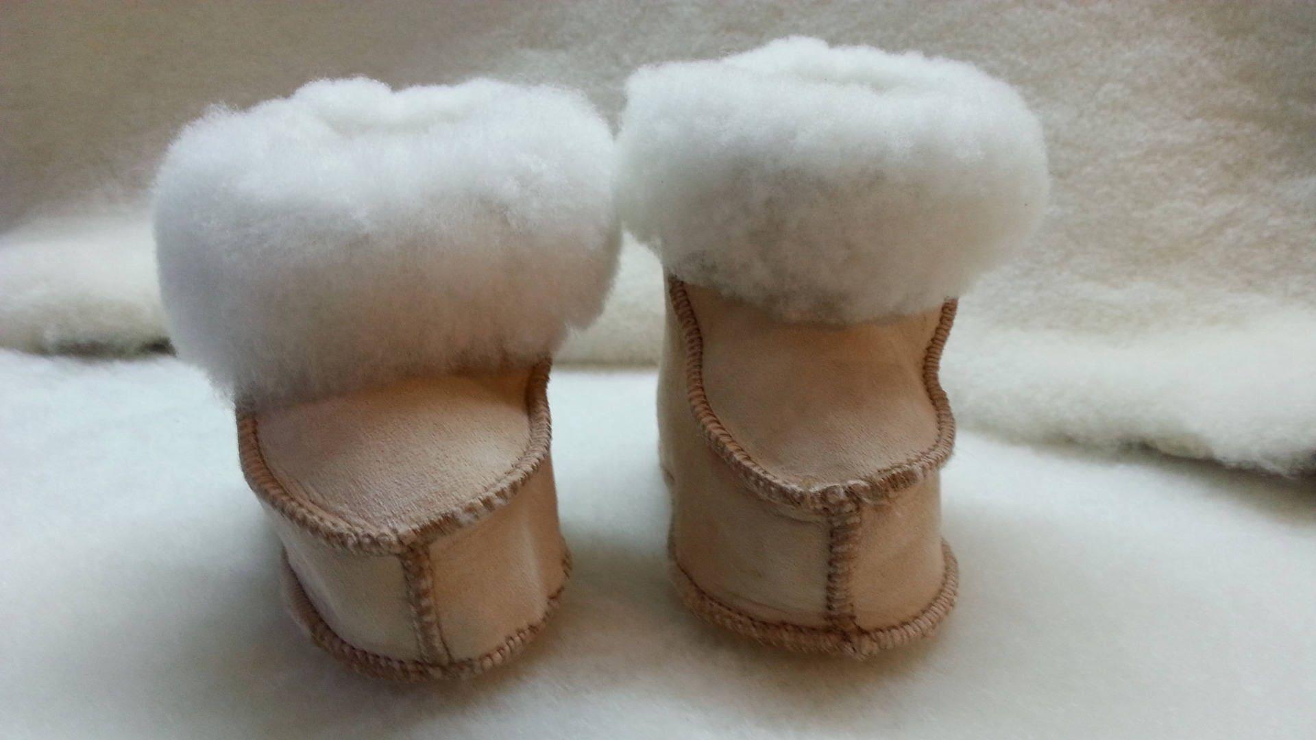 chaussons b b en peau de mouton retourn e. Black Bedroom Furniture Sets. Home Design Ideas