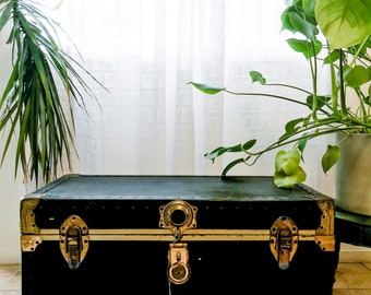 Vintage antique black steamer trunk coffee table blanket storage / vintage coffee table / antique coffee table / stream trunk / old world
