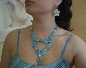 Necklace and earrings set in blue and metal