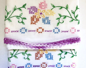 Embroidered Pillowcase Set  // 1960's
