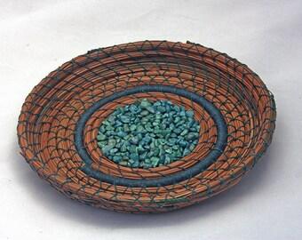 Aiguille de pin panier avec des roches Teal - article 798 par Susan Ashley