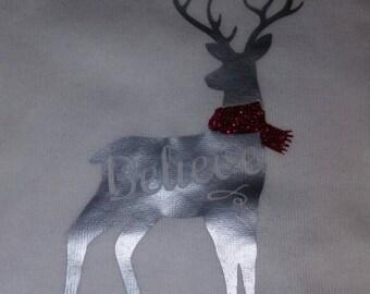 Crois que le renne blanc à manches longues t-shirt enfant. Chemise de Noël.