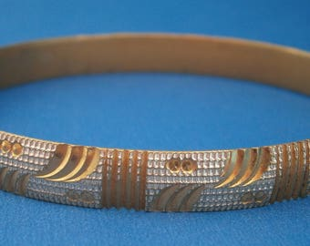 D298) A lovely Vintage gold tone and silver tone metal etched diamond cut bangle bracelet