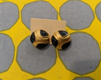 1980s // SASSY AND CLASSY // Vintage Black and Gold Earrings
