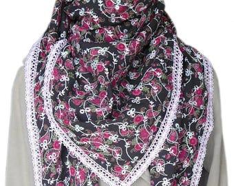 01a49031a616 Grand Foulard écharpe châle carré pour femme en coton marron à fleurs  fuchsia, bordé de dentelle rose et blanche. Cadeau fête des mères.