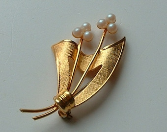 Gold plated faux pearl flower brooch