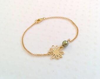 Daisy bracelet, gold bracelet, pearl bracelet, charm bracelet, daisy charm, chain bracelet, cute bracelet, friendship bracelet, gold chain