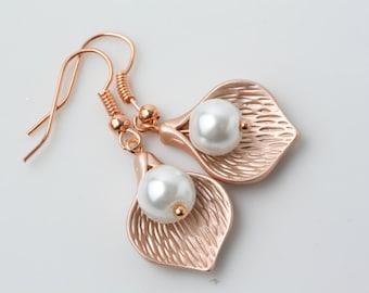 Rose gold earrings, Bridesmaid earrings, rose gold calla earrings, rose gold and pearl earrings, rose gold jewelry, wedding earrings, gift