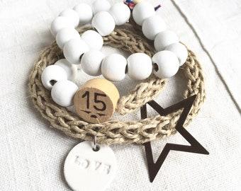 """Bracelet """"LOU"""" triple tour tressé main de lin naturel et perles de bois blanc, breloques blanches, bois et métal."""