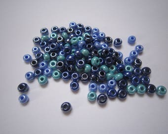 Set of 20 g of different shades of blue glass beads