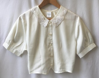 Size 12 Cute cropped blouse with lace collar