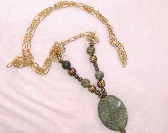 moss jasper pendant and beads in gold apx 25 inch necklace