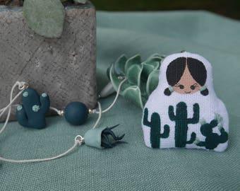 sautoir collection cactus - poupette lin blanc peint de cactus verts - perles et breloques resine polymère et métal argenté