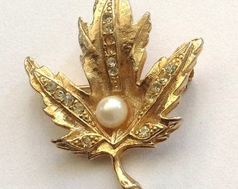 Vintage Gold tone Maple Leaf Brooch with 2 missing Rhinestones and faux pearl
