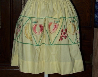 Charming VINTAGE Cotton Half Apron Cross Stitch Fruit Pockets Apples Cherries Grapes Oh My