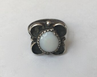 vintage southwestern mother of pearl flower ring, size 5