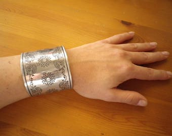 Vintage Cuff Bracelet with floral and leaves engraving / Boho Bracelet / Vintage Bracelet / Gypsy Bracelet / Hippie Bracelet / Gypsy Style
