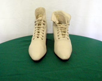 Vintage Cream leather Tongueless lace up 1990s Sz 8.5 granny ankle boots.