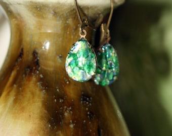 Dans le Chaos, opale de feu vert émeraude Dangle boucles d'oreilles Petite féminin mystique brillant Vintage Harlequin Art Glass