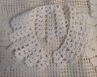 White SCULPTED LACE COLLAR Hand Crochet Cotton Scalloped Shell Design, Dress Blouse Sweater Embellishment, Vintage 1940 Unworn Accent 4 x 18