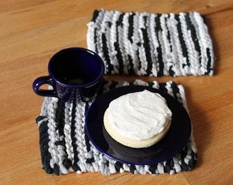 Schwarz, grau und weiß Snack Matten Silber Charcoal Grey Mini Becher Teppiche Handwerker gestrickt Upcycled T-Shirts (2er Set) enthalten--US-Versand