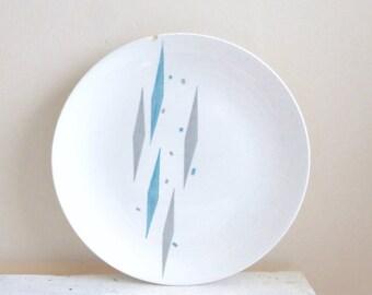 Assiette en porcelaine, assiette blanche porcelaine fine, milieu du siècle, ère atomique, Arlequin, bleue et grises, royale des Chine, ébréché plaque