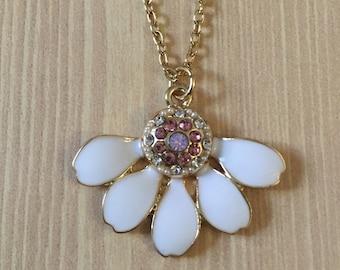 Gorgeous white daisy necklace