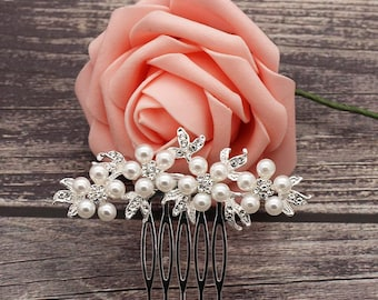 Silver pearl and crystal bridal hair comb. Dainty wedding hair clip. White clear crystal bridal hair clip. Silver pearl hair comb